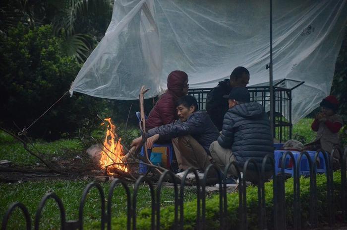 Một nhóm những người lao động tự do đốt lửa sưởi ấm trên đường Láng.