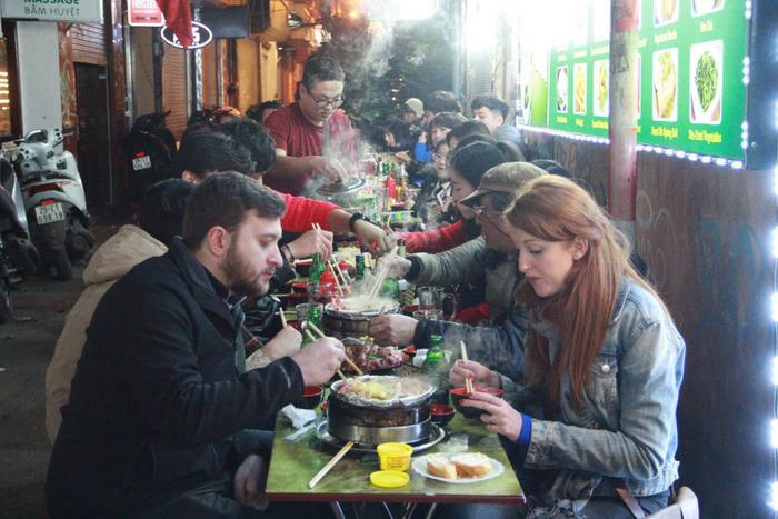 Du khách ăn món Việt chào năm mới