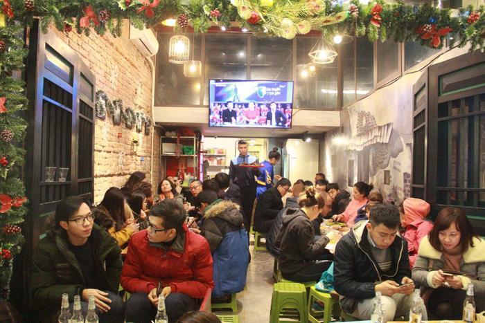 Các quán ăn uống ở phố đi bộ đông nghẹt người
