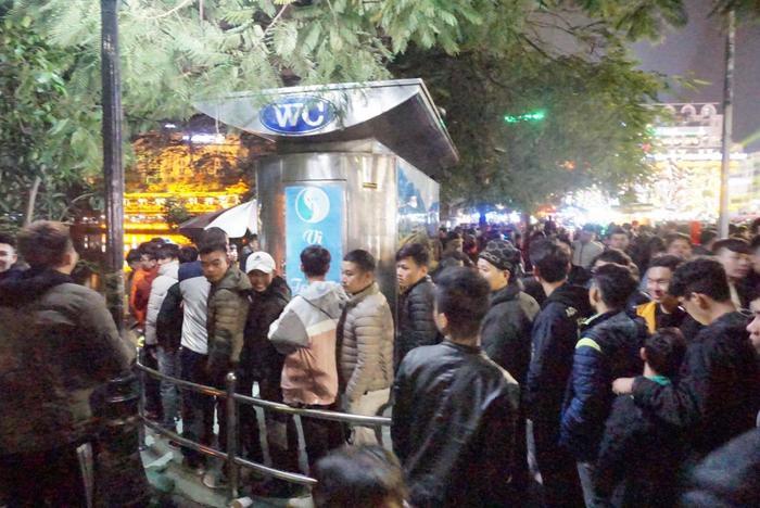 Hàng trăm người vây quanh nhà vệ sinh công cộng
