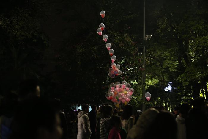 Nổi bật giữa đêm cuối năm, những chùm bóng bay xinh xắn của cô bán hàng như làm cho không gian thêm màu sắc