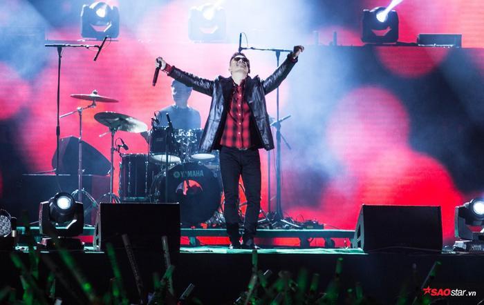 Clip: Đang diễn đêm nhạc countdown, Tuấn Hưng bị đau bụng, buộc phải rời sân khấu gấp