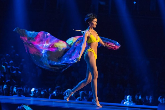 Màn trình diễn của đại diện Việt Nam trong phần thi áo tắm đã nhận được điểm số cao ngất ngưỡng từ ban giám khảo.