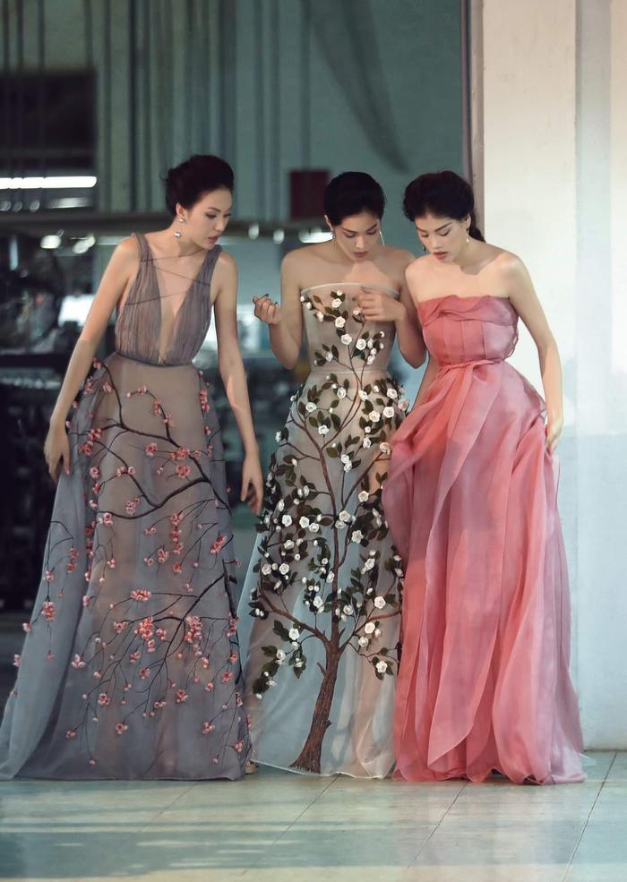 Đây là những sáng tạo của NTK Trần Hùng, anh nổi tiếng với những bộ cánh được xử lý tay bằng các kỹ thuật thêu đính, vẽ họa tiết lên vải.