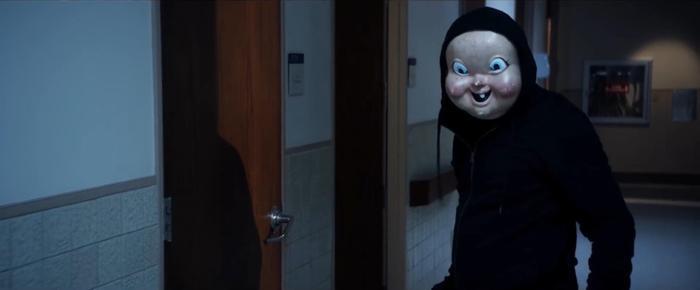 Tên sát nhân mặt nạ em bé đã tái xuất.