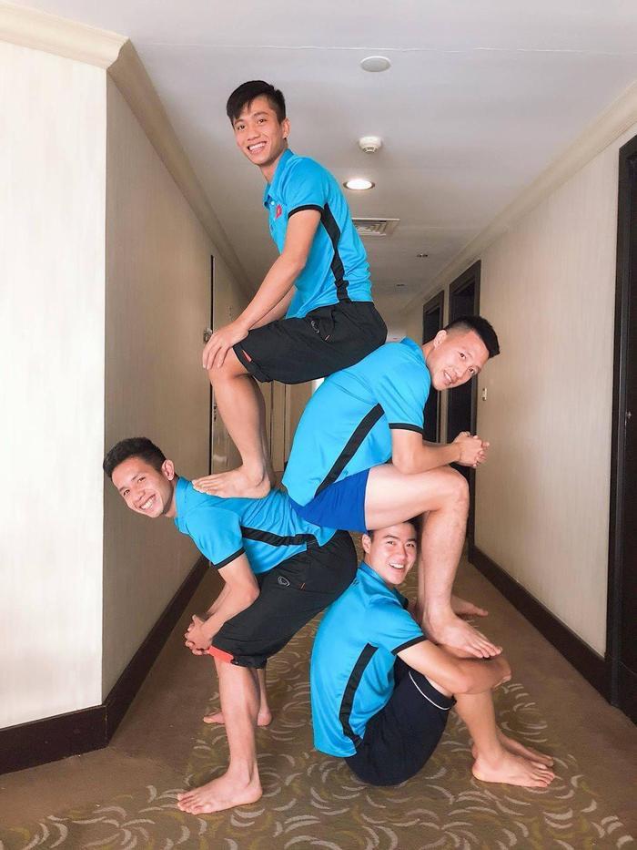 Các cầu thủ Việt Nam đua trend 'xếp hình', bất ngờ với người khỏe nhất