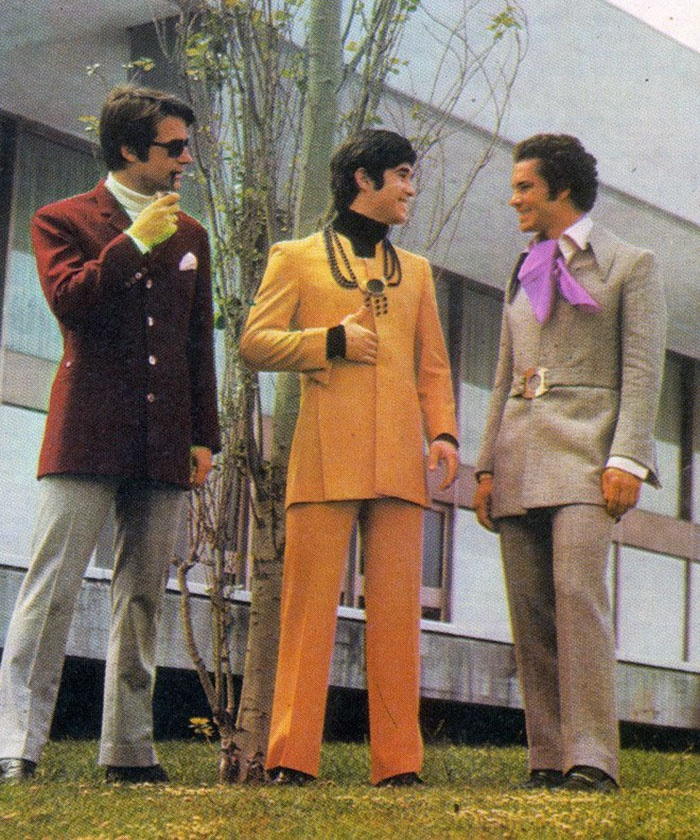 """""""Đặc sản"""" cuả thời kì đó là những bộ cánh màu mè, sặc sỡ, bất kể giới tính, vóc dáng người mặc."""