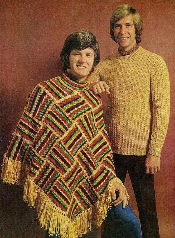 """Áo len dệt thoi, chất liệu dày và phom dáng rộng từng một thời """"làm mưa làm gió"""" ở thập niên 70."""