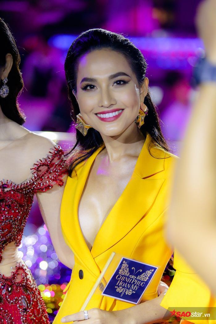 Bùi Đình Hoài Sa là 1 trong 3 thí sinh nhận được điểm số cao nhất từ các phóng viên nhờ phần ứng xử bằng tiếng Anh trước á hậu Thúy Vân.