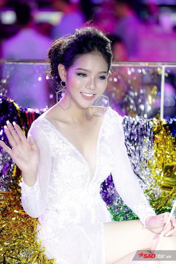 Vừa giành chiến thắng trong thử thách photoshoot của tập 3, Tôn Hảo bất ngờ lọt vào Top 5 nguy hiểm khi nhận điểm thấp vì kỹ năng giao tiếp, ứng xử.