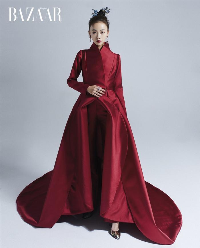 Ngoài Triệu Vy, một thiết kế khác của NTK Tuyết Lê cũng được diễn viên Ngô Cẩn Ngôn – ngôi sao mới của làng Hoa Ngữ khoác lên mình vô cùng xinh đẹp và quyến rũ trong chiếc váy đỏ.