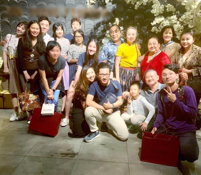 Đại gia đình Trấn Thành vui vẻ chụp ảnh bên nhau dịp đầu năm.