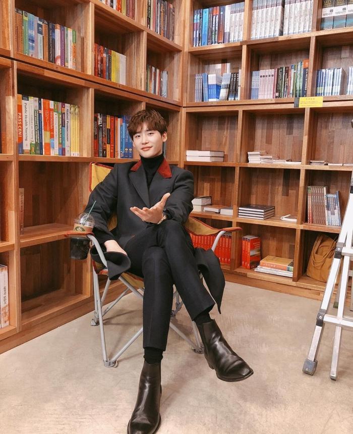 Romance Supplement: Lộ tạo hình soái ca của Lee Jong Suk, phim lên sóng sau khi Memories of the Alhambra kết thúc ảnh 6
