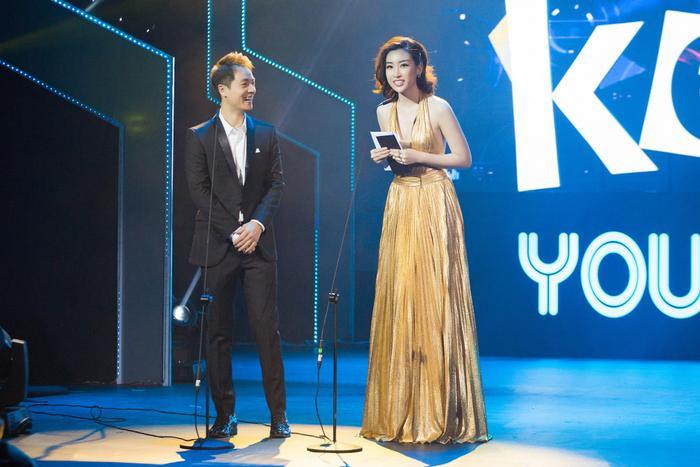 Đỗ Mỹ Linh trên sân khấu cùng Đăng Khôi