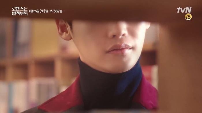 Trầm ngâm trong giây lát, cô nàng bất chợt thấy Lee Jong Suk xuất hiện.