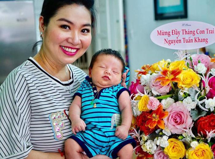Sau khi sinh con, Lê Khánh xuất hiện với gương mặt mũm mĩm..
