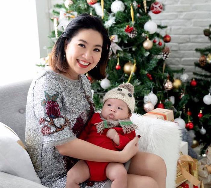 Lê Khánh đã lấy lại được khuôn mặt nhỏ gọn, vóc dáng cũng thon thả hơn. Rất nhiều người đã dành những lời khen cho nhan sắc của Lê Khánh sau khi sinh nở.