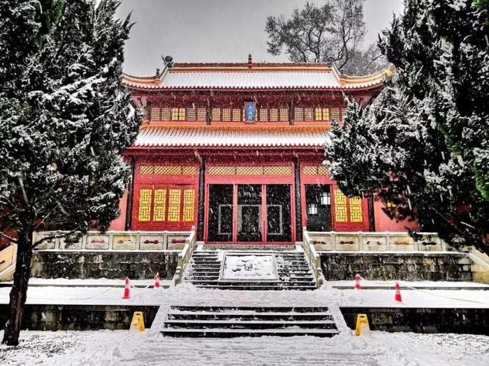 Khung cảnh tuyết rơi đẹp như tranh vẽ