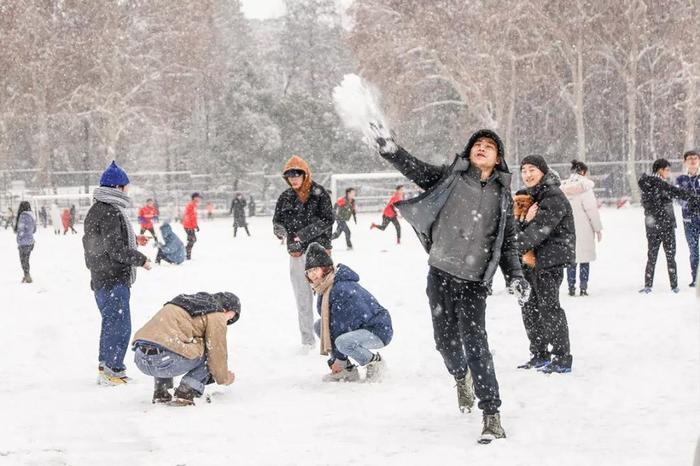 Các bạn trẻ vui đùa dưới tuyết