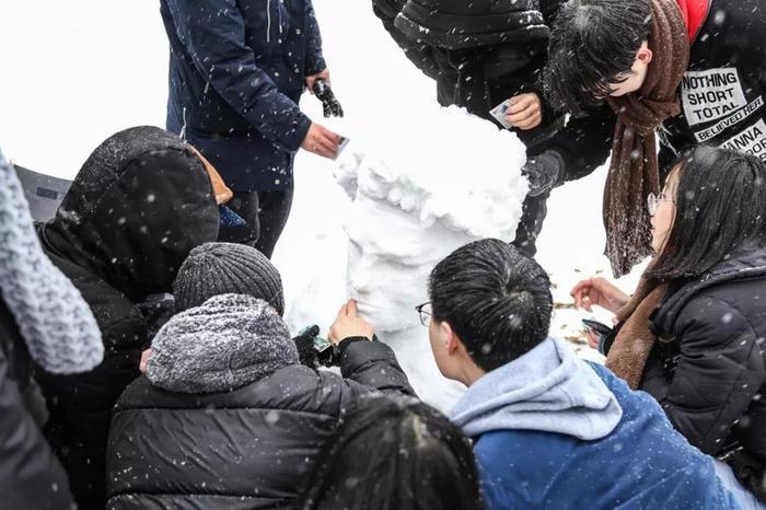 Và sáng tạo nên những tác phẩm nghệ thuật bằng tuyết