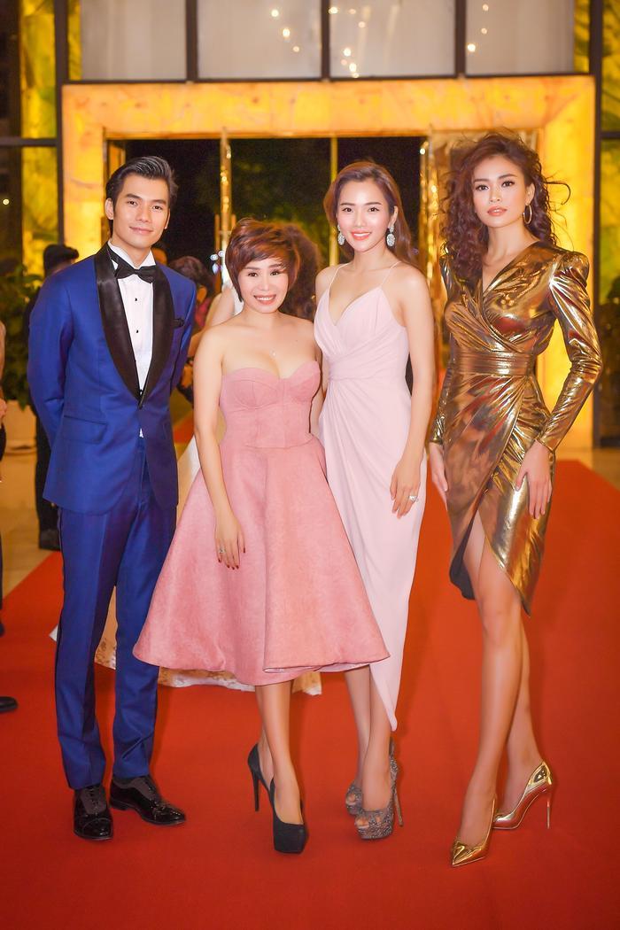 Á hậu Hoàn vũ đọ dáng cùng các người đẹp có mặt tại sự kiện.