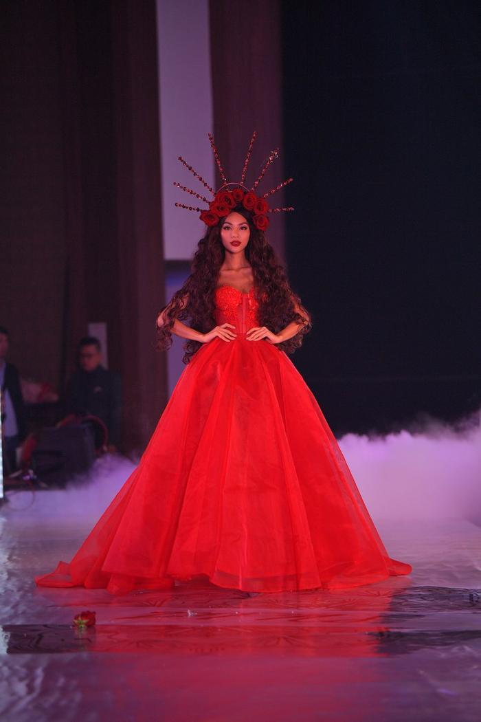 Khả Trang hóa nữ thần hoa hồng
