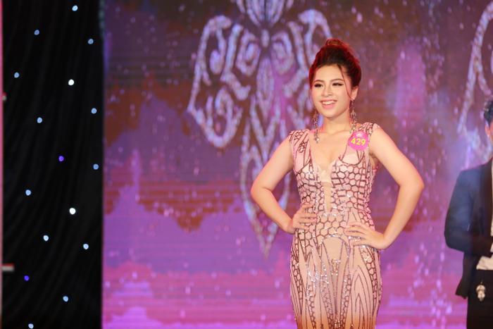 Tông màu chủ đạo của trang phục dạ hội năm nay được NTK Việt Hùng chọn là màu n.ude, màu xanh và màu đen.