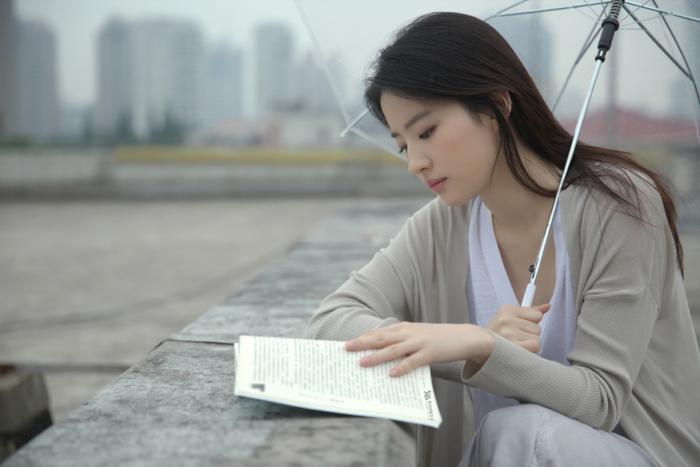 Chăm chú đọc sách.