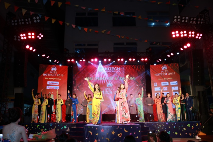 Top 20 miss Hutech 2019 xuất hiện trên sân khấu với trang phục áo dài.