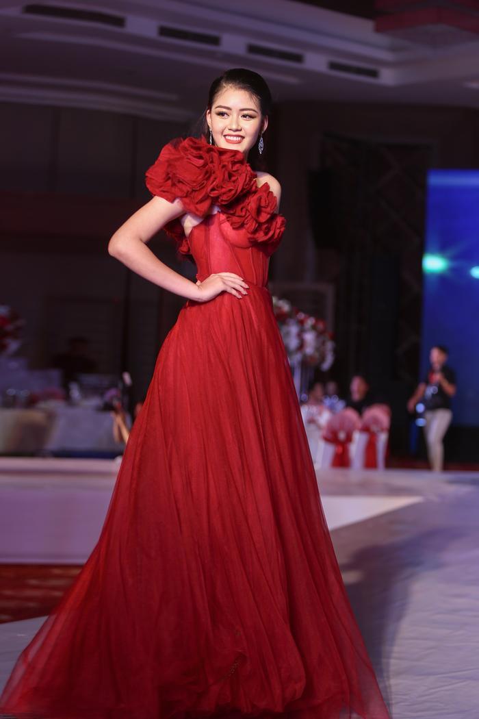 Cô còn tham gia trình diễn thời trang và thể hiện trình catwalk chuyên nghiệp