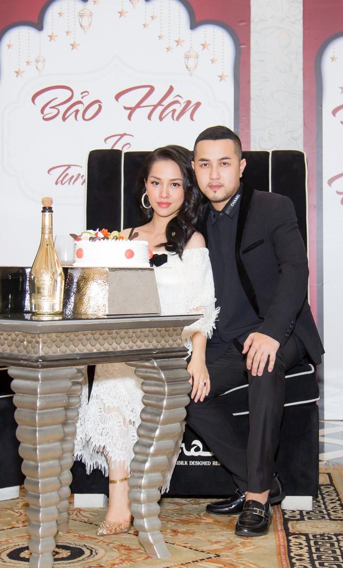 Xuất hiện trong đêm tiệc, Trang Pilla diện chiếc đầm trắng suôn dài kín đáo. Bà xã của anh trai Bảo Thy khiến nhiều bất ngờ với nhan sắc nổi bật dù đang mang thai tuần thứ 21. Dù bận rộn tiếp khách, Thế Bảo vẫn ân cần quan tâm vợ suốt buổi tiệc khiến mọi người xung quanh không khỏi ngưỡng mộ.