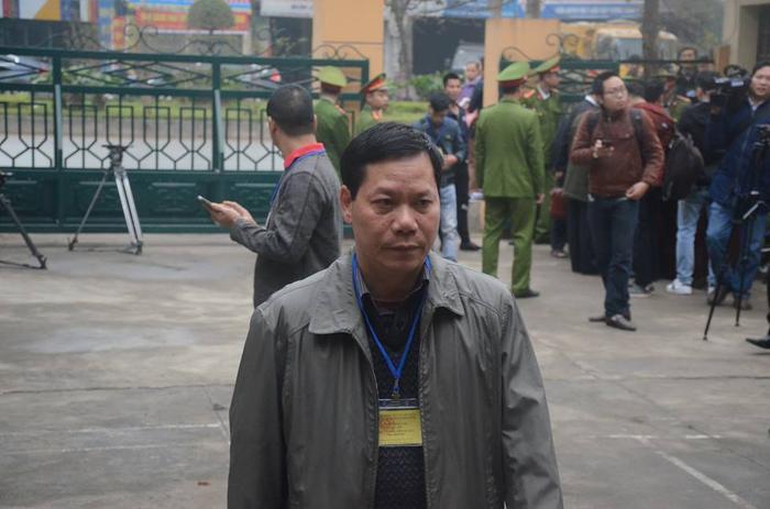 Bị cáo Trương Quý Dương, nguyên Giám đốc Bệnh viện Đa khoa tỉnh Hoà Bình đến toà.