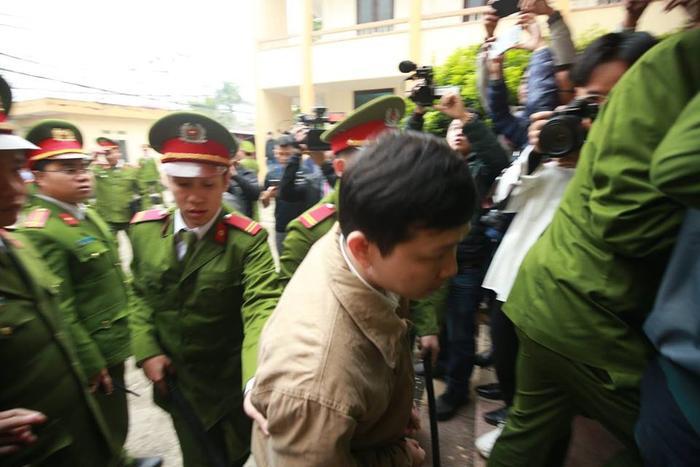 Lực lượng công an dẫn giải các bị cáo đến phiên toà.