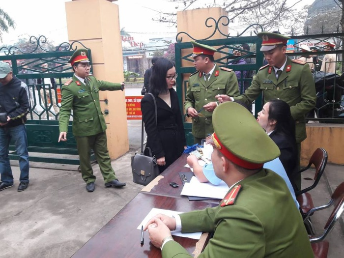 Vợ bị cáo Hoàng Công Lương một mình đến phiên toà.