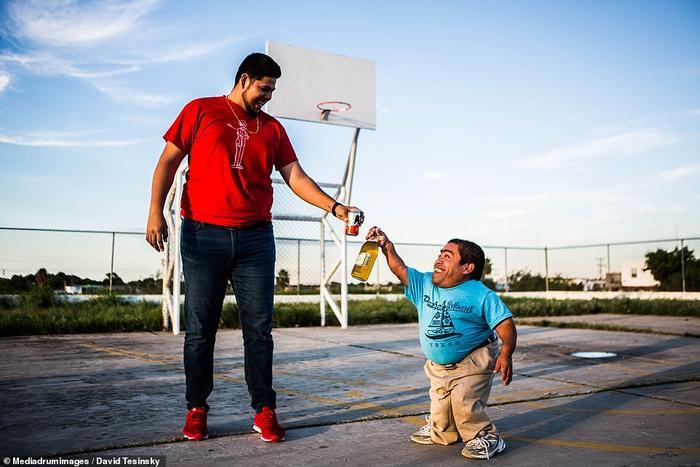 Tình bạn giữa người cao nhất và thấp nhất vùng Nuevo Laredo, Mexico
