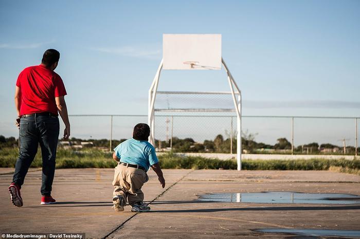 Họ cùng nhau đi bộ, chơi bóng rổ và uống bia.