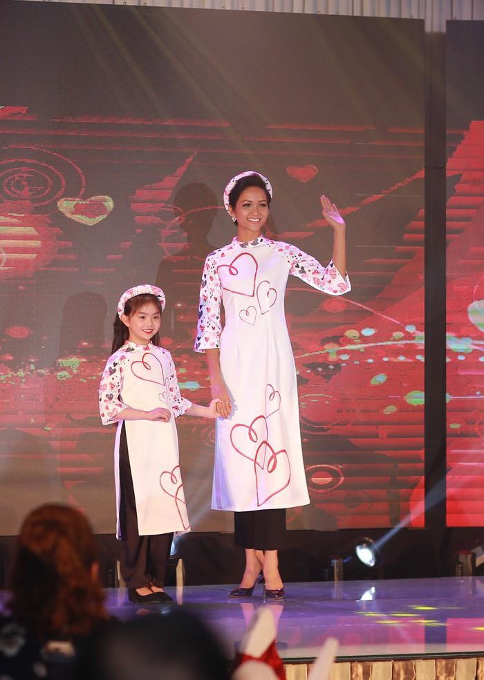 Diện những tà áo dài do hoa hậu Ngọc Hân thiết kế, H'Hen Niê và dàn người đẹp Việt đã có phần trình diễn tự tin, tươi tắn khiến khán giả không ngớt thích thú.