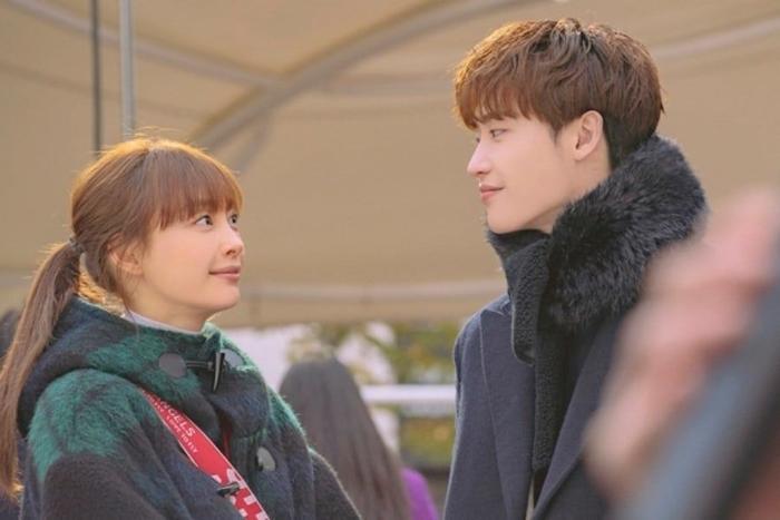 Romance is a Bonus Book: Nắm tay tình tứ, hóa ra Lee Jong Suk  Lee Na Young thân thiết từ thời sinh viên ảnh 2
