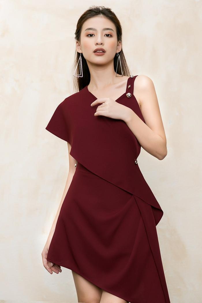Đầm đỏ đô với thiết kế bất đối xứng cá tính và sành điệu