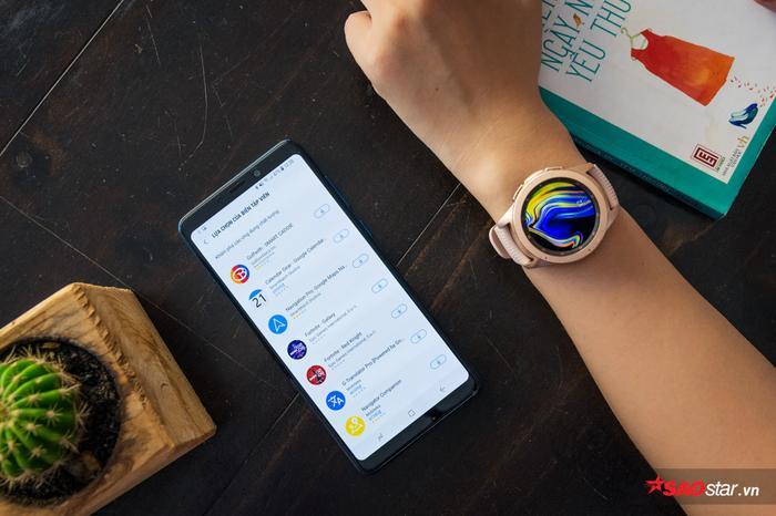 Không hề kén điện thoại để kết nối, bạn dễ dàng dùng smartphone hiện có của mình để tùy biến, cài thêm rất nhiều ứng dụng hay ho trên Galaxy Apps