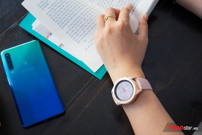 """Galaxy Watch màu vàng ánh hồng cộng thêm thiết kế mặt tròn tinh tế đã tạo nên chiếc đồng hồ thông minh """"thửa riêng"""" cho phái đẹp"""