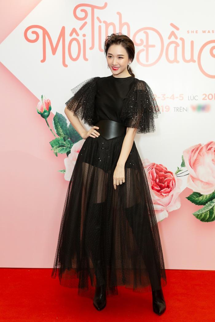Bởi trong bộ váy xuyên thấu, Hari Won dễ dàng để người hâm mộ thấy được thân hình ngày càng gầy của mình.