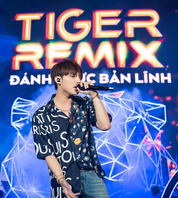 """Sơn Tùng MTP khiến khiến khán đài như """"vỡ trận"""" khi trình diễn phiên bản remix những ca khúc """"hit"""" của mình như Lạc trôi, Em của ngày hôm qua và Chạy ngay đi."""