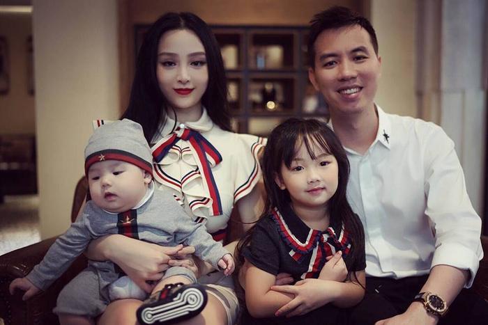 Hình ảnh gia đình Huyền Baby