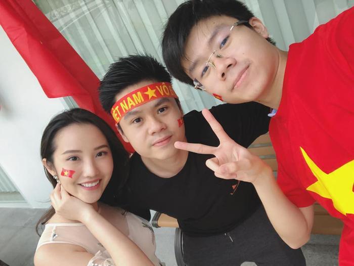 Primmy Trương cùng Phan Thành đi xem bóng đá