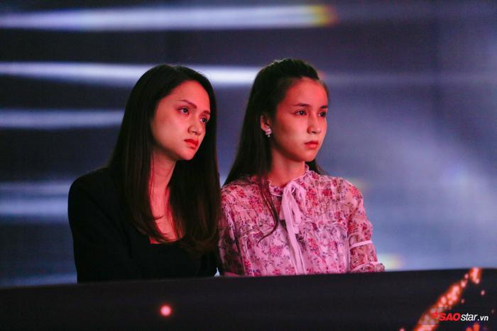 Trong khi đó, hoa hậu Hương Giang lại khá căng thẳng khi chỉ còn vài tiếng nữa, đêm chung kết sẽ khai màn.