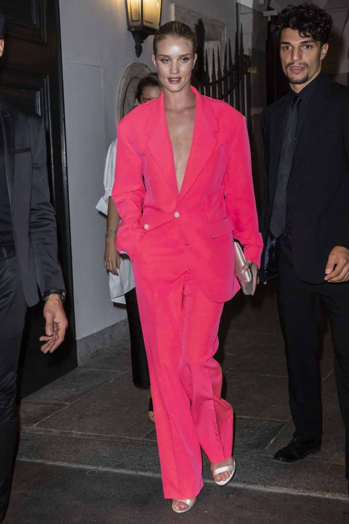 Rosie Huntington Whiteley tại tiệc After Party của Versace trong bộ suit hồng neon