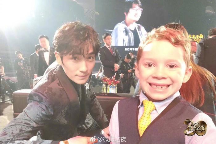 Nam diễn viên chụp ảnh cùng cậu bé Gavin Thomas.