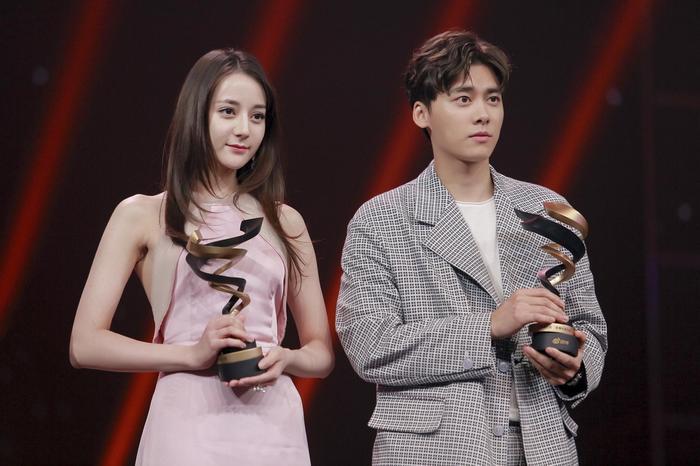 - Địch Lệ Nhiệt Ba và Lý Dịch Phong đạt giải nhân vật nổi tiếng của năm trên Weibo.