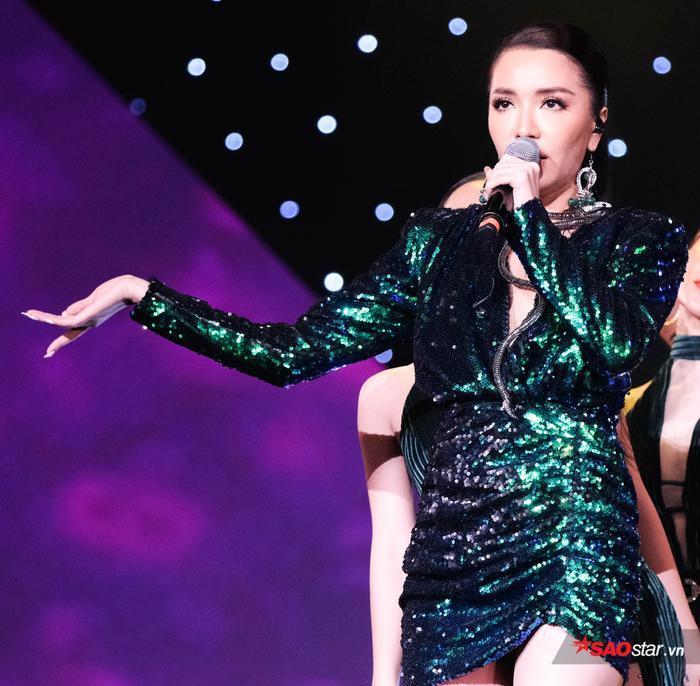 Bản hit Bùa yêu có thể nói là một sản phẩm trên cả tuyệt vời của Bích Phương và ekip của cô.